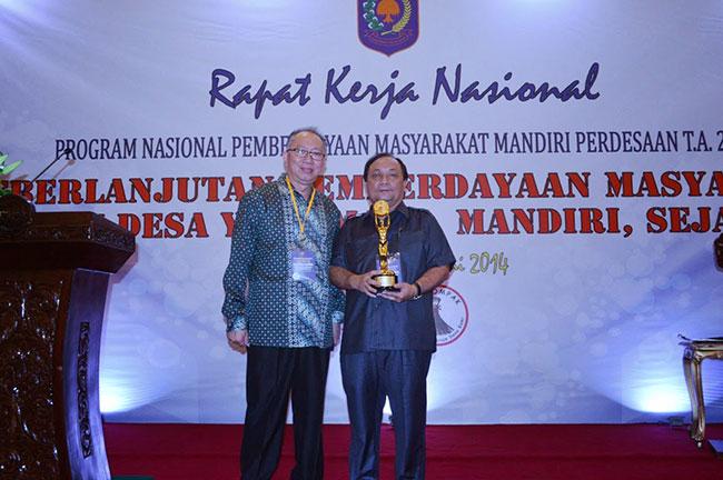 Drs Sanny Parengkuan, MAP bersama DR Recky Toemanduk Ketika menerima penghargaan | Foto: Humas Prov Sulut