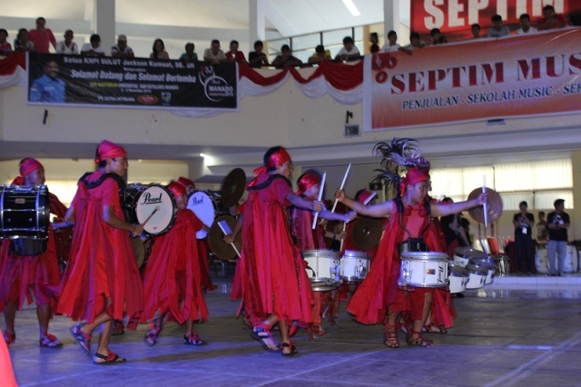 SMP Katolik Gonzaga Juara Drum Battle di Pearl Manado Marching Band Competition 2013