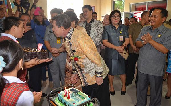 Gubernur Sulawesi Utara Sinyo Harry Sarundajang Saat Meniup Lilin Ulang Tahun ke 70