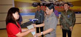Sekprov Saat Menyerahkan Hadiah Kepada Pemenang Undian Tabungan PNS Pemprov Bank Sulut