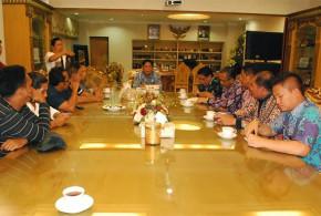Sekprov Sulut saat menerima Para pengunjuk rasa yang tergabung dari berbagai organisasi pengelola wisata bunaken