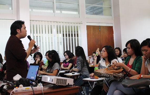 Seminar Desain dan Blogging di IBA Unsrat