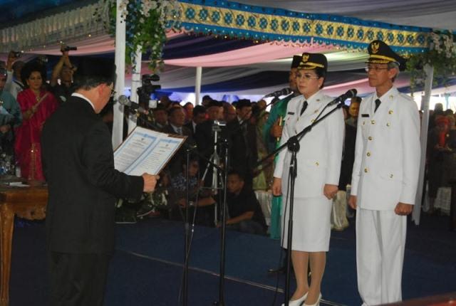 Gubernur Sulut S.H. Sarundajang melantik Tatong Bara dan Djainudin Damopolii sebagai Walikota dan Wakil Walikota Kotamobagu. (foto:hms)