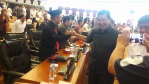 WaGub Steven Kandouw berjabat tangan dengan semua Anggota Dewan Sulut usai Rapat