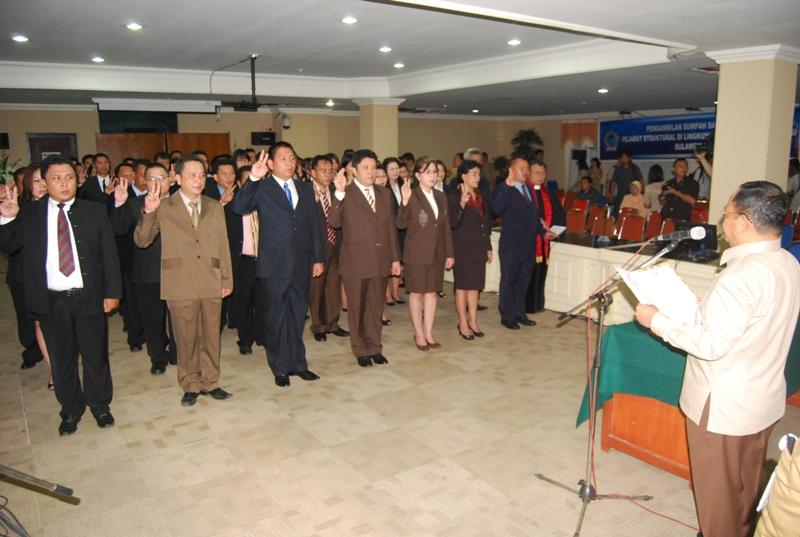 Wagub Sulut Djouhari Kansil melantik pejabat eselon III di Pemprov Sulut. (foto:hms)