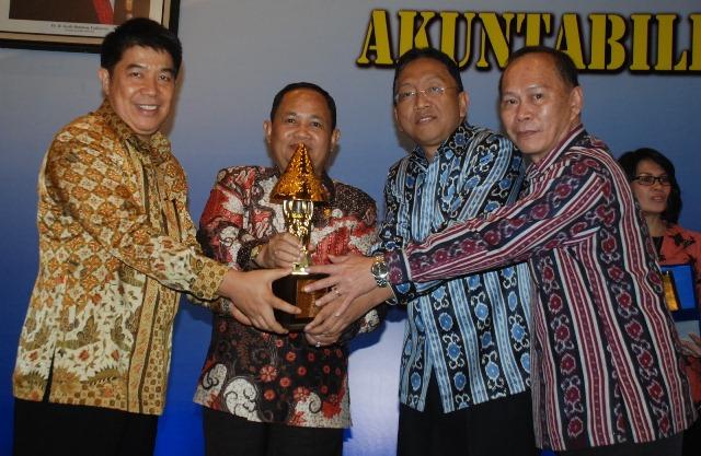 Benny Kalonta dan Wagub Sulut menerima Penghargaan Citra Pelayanan Prima