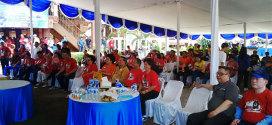 Wakil Gubernur Sulawesi Utara Dr. Djouhari Kansil dan Wakil Ketua MPR E. E Mangindaan bersama Ibu di Anjungan TMII Sulawesi Utara