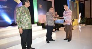 Wali piagam wtp 310x165 Pemkot Manado Raih Penghargaan Laporan Keuangan Standart Tertinggi