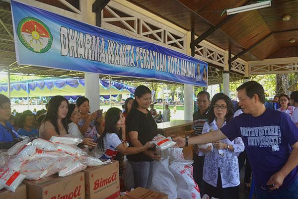 Walikota di pasar murah Pemkota Manado
