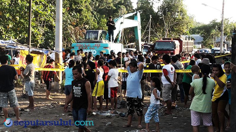 Warga Amurang memadati lokasi penemuan bom aktif di Kelurahan Ranomea