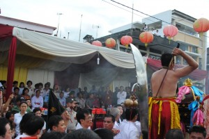 Tan Sin saat berakasi di hadapan Gubernur Sulut DR SH Sarundajang, Walikota Manado DR GSV Lumentut saat Perayaan Cap Go Meh di Manado, Minggu (24/2). (foto:Humas Pemprov Sulut)