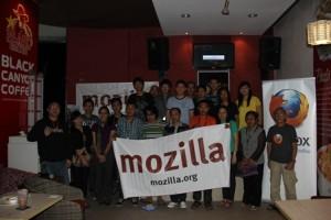 Perwakilan Komunitas Mozilla Indonesia bersama komunitas dan penggiat Teknologi Informasi dan Komunikasi Sulut usai Kopdar di MTC, Sabtu (23/2). (foto:sp/the)