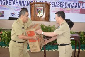 penyerahan bantuan dari Gubernur Sulut Dr SHS kepada Bupati JWS