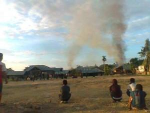 Perkelahian antar kampung yang terjadi di basaan kini membuat rumah warga hangus terbakar serta membawa 2 korban luka luka, Sabtu, 26 Maret 2016.