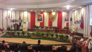 Rapat paripurna ini dipimpin  oleh Ketua DPRD Sulut, Andrei Angouw dan didampingi Wakil Ketua DPRD Sulut Wenny Lumentut, Stevanus Vreeke Runtu, Marthen Manoppo. Yang turut hadir, Steven Kandouw selaku Wakil Gubernur Sulut.