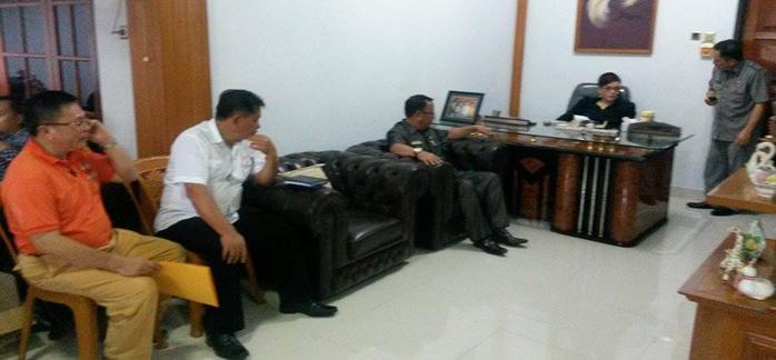 Bupati Minahasa Selatan saat menggelar rapat bersama beberapa Kepala SKPD | Foto: Humas Prov Sulut