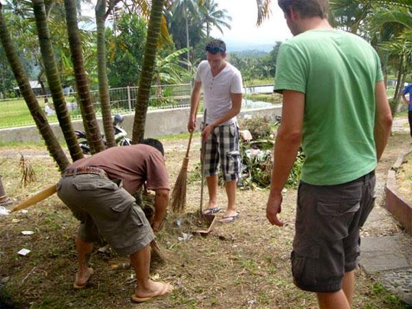 wisatawan ikut membersihkan tumetenden